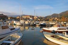 Рыбацкие лодки в Марине Kalimanj в городке Tivat на солнечный день осени kotor montenegro залива Стоковое фото RF
