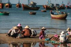 Рыбацкие лодки в море в Вьетнаме стоковое изображение rf