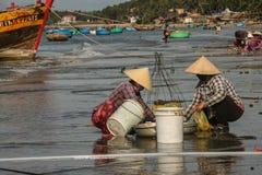 Рыбацкие лодки в море в Вьетнаме стоковое фото rf