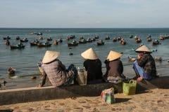 Рыбацкие лодки в море в Вьетнаме стоковая фотография rf
