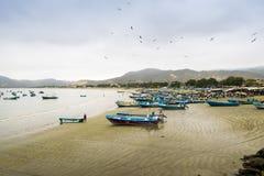 Рыбацкие лодки в Puerto Lopez приставают к берегу, Manabi, эквадор Стоковое Изображение RF