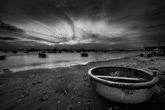 Рыбацкие лодки и корзины на заходе солнца Стоковое Фото