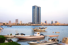 Рыбацкие лодки и небоскребы в Рас-Аль-Хайма, ОАЭ Стоковое Изображение RF