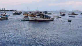 Рыбацкие лодки на заливе Botafogo, Рио-де-Жанейро акции видеоматериалы