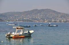 Рыбацкие лодки на заливе Zihuatanejo стоковая фотография