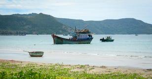 Рыбацкие лодки на море в жулике Dao, Вьетнаме Стоковые Фотографии RF