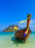 Рыбацкие лодки на море и красивом острове Стоковые Изображения RF