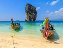 Рыбацкие лодки на море и красивом острове Стоковые Изображения