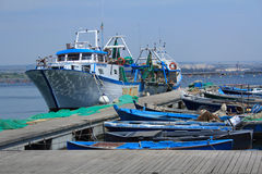 Рыбацкие лодки на доке в Таранте, Апулии, Италии Стоковые Фотографии RF