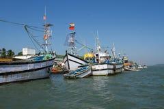 Рыбацкие лодки на пристани Рыбный порт в южной Индии Стоковые Изображения