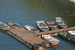 Рыбацкие лодки на пристани стоковое изображение