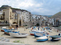 Рыбацкие лодки на пляже в красивом портовом городе Cefalu - Италии, Сицилии стоковая фотография rf