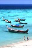 Рыбацкие лодки на пляже острова Lipe моря Andaman, в провинции Satun Таиланда Стоковое Фото