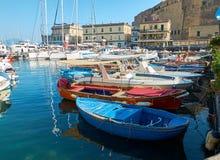Рыбацкие лодки причаленные в гавани Borgo Marinari Италия naples Стоковое Изображение RF