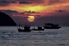 Рыбацкие лодки силуэта Стоковая Фотография RF