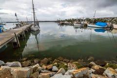 Рыбацкие лодки состыковали на моле, заливе огней Стоковая Фотография