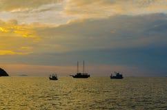 Рыбацкие лодки ставят на якорь около молы Стоковая Фотография RF