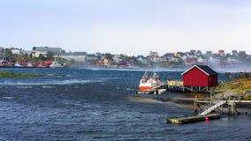 Рыбацкие лодки с сильным ветером в заливе видеоматериал