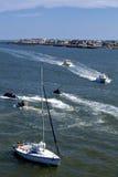 Рыбацкие лодки, jetskis и парусник Стоковое Фото