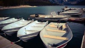 Рыбацкие лодки minniewanka озера Mountain View Bannf Стоковая Фотография RF