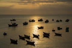 Рыбацкие лодки Silhuetted во время захода солнца Стоковая Фотография