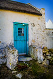 Рыбацкий домик накидки голландский с голубой дверью Стоковое Изображение