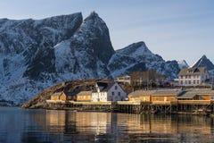 Рыбацкий поселок в сезоне зимы, архипелаг Sakrisoy Lofoten, Норвегия, Скандинавия стоковые фотографии rf