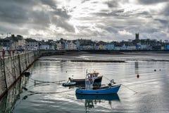 2 рыбацкой лодки в гавани стоковые изображения