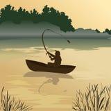 Рыбалка Рыболов улавливает рыб на восходе солнца Клев утра Человек в шлюпке плавая на озеро Персона в середине rive Стоковые Фото