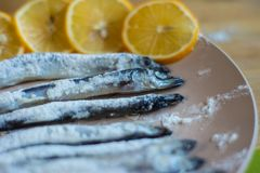 Рыба свернутая в лож муки на бежевой плите стоковые изображения rf