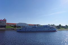 Рыбинск, Россия - 3-ье июня 2016 Столицы пассажирского корабля 2 причалены на пристани городка Рыбинска Стоковое фото RF