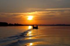 Рыбная ловля вечера на реке стоковая фотография rf