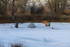 Рыбная ловля зимы на замороженном озере Стоковое фото RF