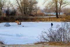 Рыбная ловля зимы на замороженном озере Стоковое Фото