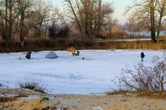 Рыбная ловля зимы на замороженном озере Стоковое Изображение
