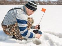 Рыбная ловля зимы на реке Стоковые Изображения RF