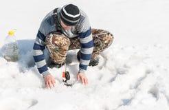 Рыбная ловля зимы на реке Стоковые Фото