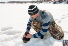 Рыбная ловля зимы на реке Стоковое фото RF