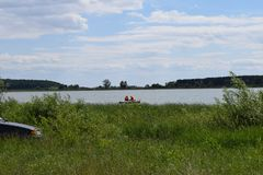 Рыбная ловля лета на реке открыта стоковое фото rf