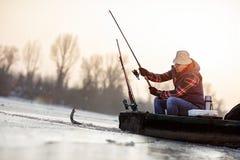 Рыбная ловля льда на замороженных рыбах задвижки рыболова озера стоковое изображение rf
