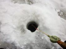 Рыбная ловля льда на укусе стоковое фото