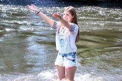 Рыбная ловля молодой женщины на реке в Германии Стоковое Изображение RF