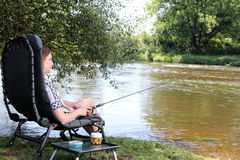 Рыбная ловля молодой женщины на реке в Германии Стоковая Фотография RF