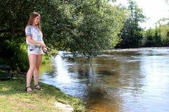 Рыбная ловля молодой женщины на реке в Германии Стоковые Изображения RF