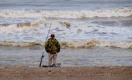 Рыбная ловля пляжа в зиме Стоковые Изображения RF