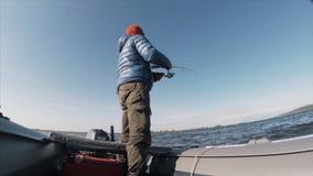 Рыбная ловля рыболова дилетанта на озере видеоматериал