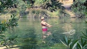 Рыбная ловля человека в озере акции видеоматериалы