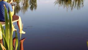 Рыбная ловля человека в пруде