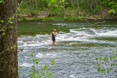 Рыбная ловля Fishman для баса в речных порогах реки Roanoke стоковые фото