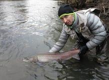Рыбная ловля hucho Дуная salmon в Центральной Европе стоковое изображение